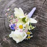 korsáž pro ženicha - eustoma, heřmánek, nevěstin závoj, chryzantéma