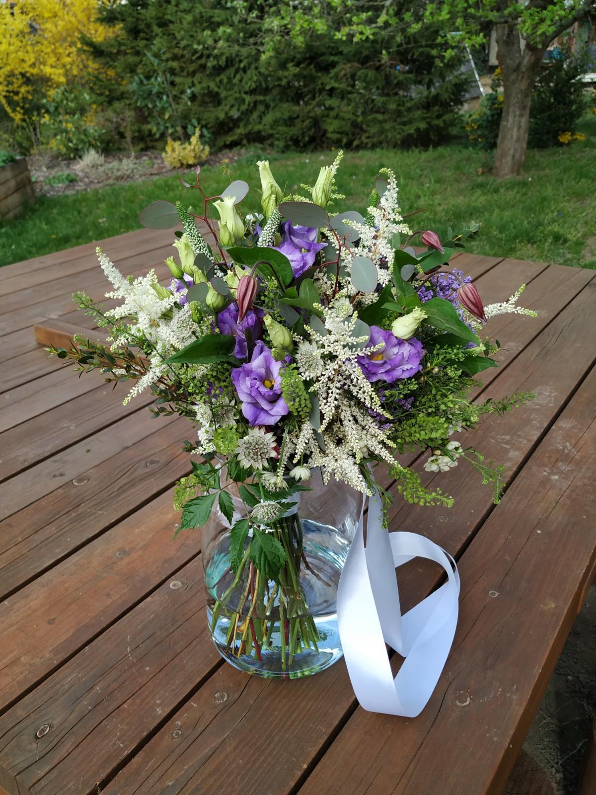 Dubnová svatba ve fialových tónech - kytice pro nevěstu