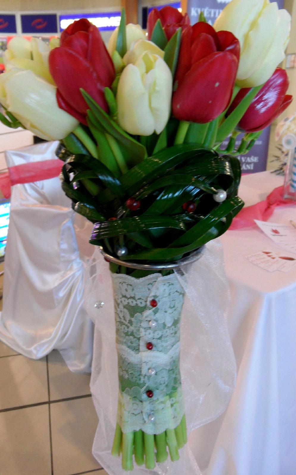 Vyzdoba Svatebni Tabule Z Bilych Tulipanu Jakou K