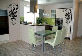 bleda kuchyna so zelenou zastenou