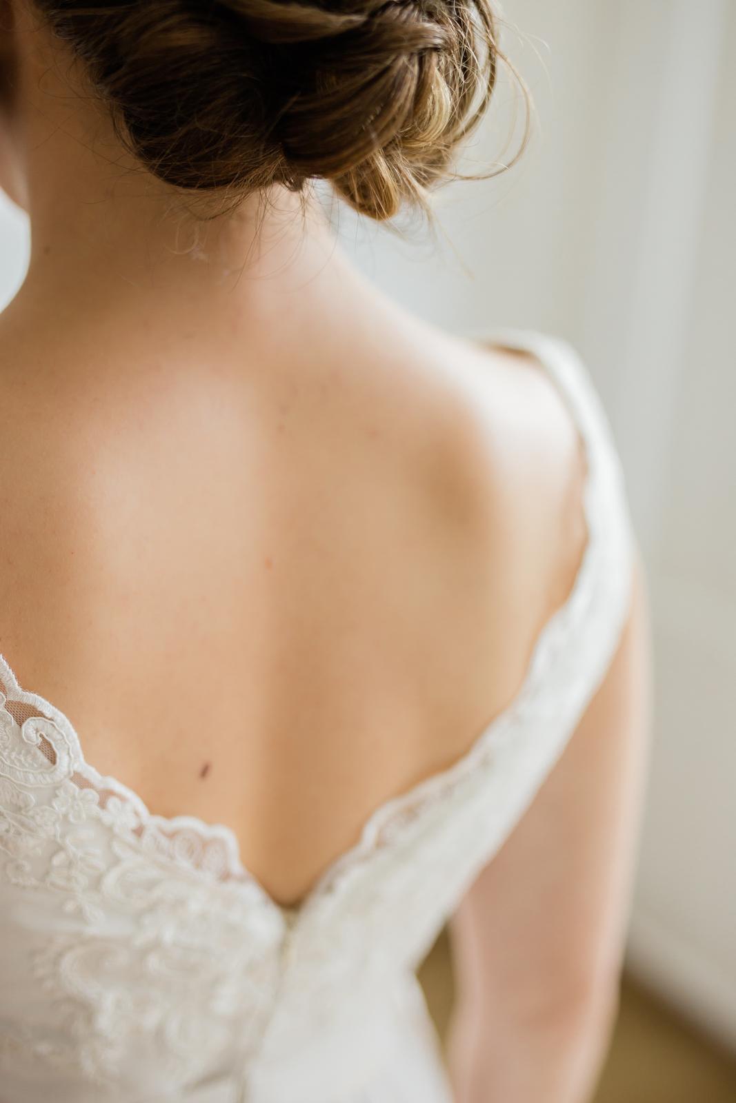 Svadobné šaty s výstrihom na chrbte - Obrázok č. 1