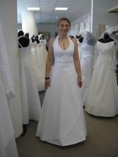 další šaty - po mé levici jsou trochu vidět záda šatů, které jsem zkoušela jako první