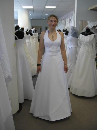 31.8.06-co už máme - další šaty - po mé levici jsou trochu vidět záda šatů, které jsem zkoušela jako první