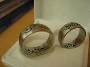 Prstýnky - chir.ocel - na fotce tak nevypadaj, ale vskutku jsou kouzelné :-) tedy pro mne a mého miláčka...