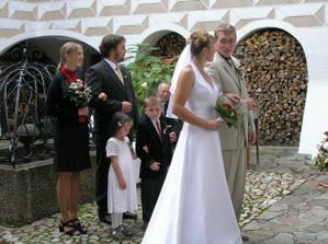 při obřadu - všimněte si pohledu ženicha...