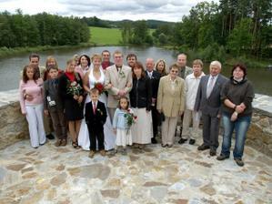 jedno společné foto po obřadu - bohužel bez některých důležitých přátel, kteří se mohli dostavit až na večer (hold svatba ve čtvrtek :-/ )