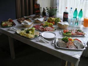 taťka připravil báječnou snídani, zatímco my holky se byly krášlit a ženich oběhával kytky...