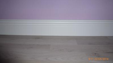 nová podlaha a biela lišta...