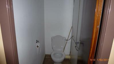 WC pôvodny stav...našťastie len tu bola stará umakartová stena...