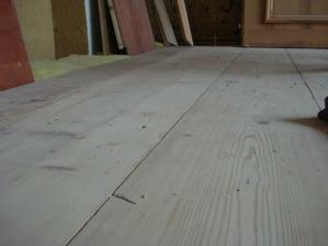Ložnice podlaha-prkna stará skoro 100let