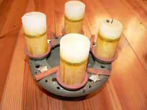 jedna svíčka už zapálená