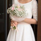 Krajkové svatební šaty ke kolenům s širší sukní , 36