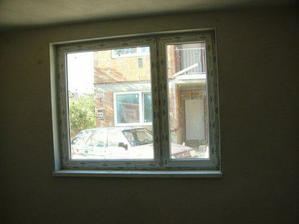 vyhlad z okna spalne na susedov