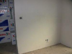 kusok steny v obyvacke, v spalni naskladovane polystyreny