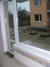 obyvacka s radiatorom pod oknom a dierou v izolacii