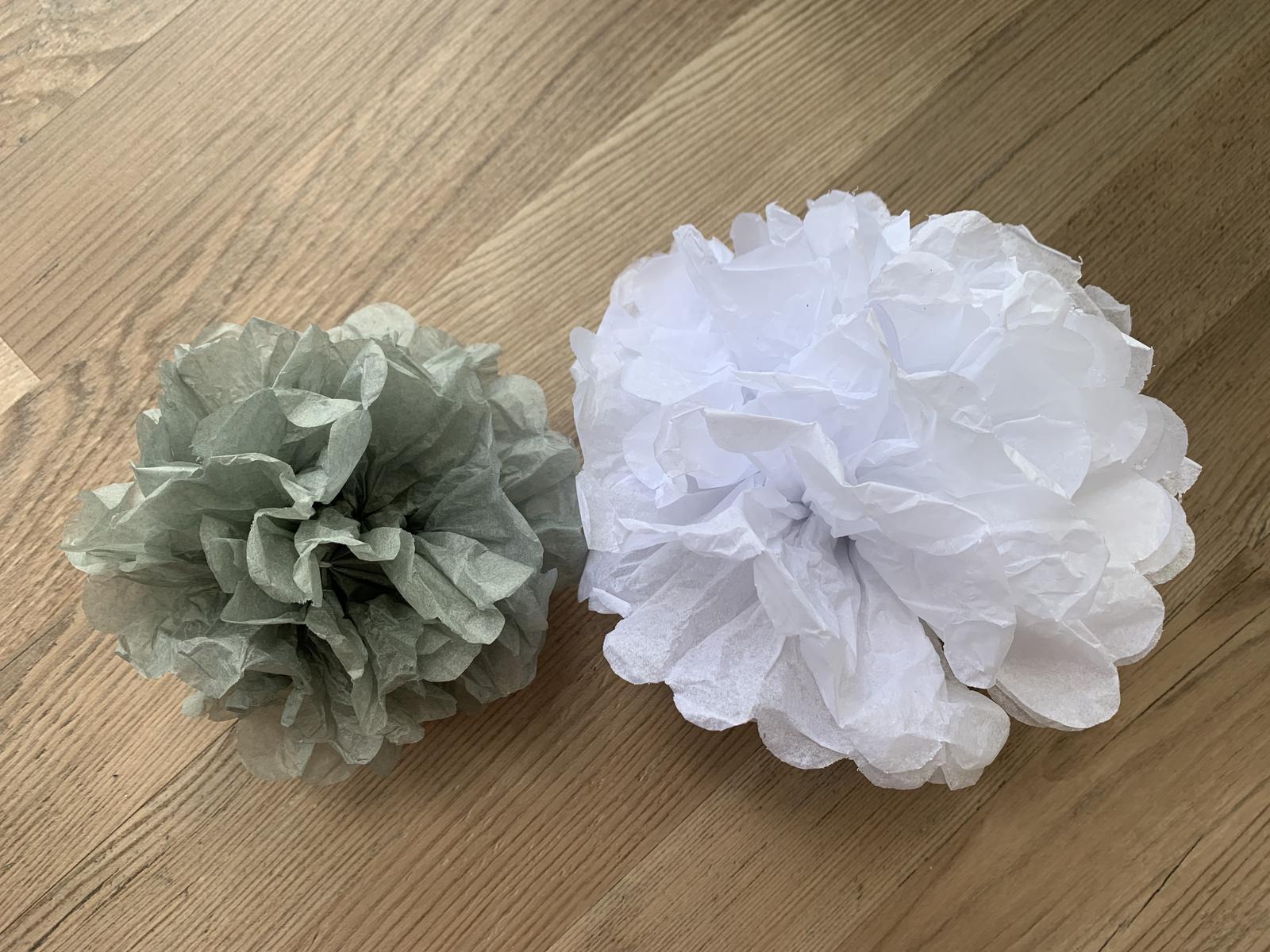 Bílé a šedé pompomy - vhodné jako svatební dekorace - Obrázek č. 1