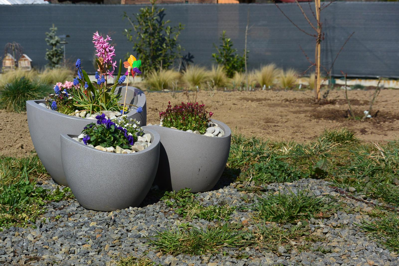 Motýlí zahrada 2019-2020 - Květnináče osazené a záhon za nimi také. :-) Dlažba asi příští rok...
