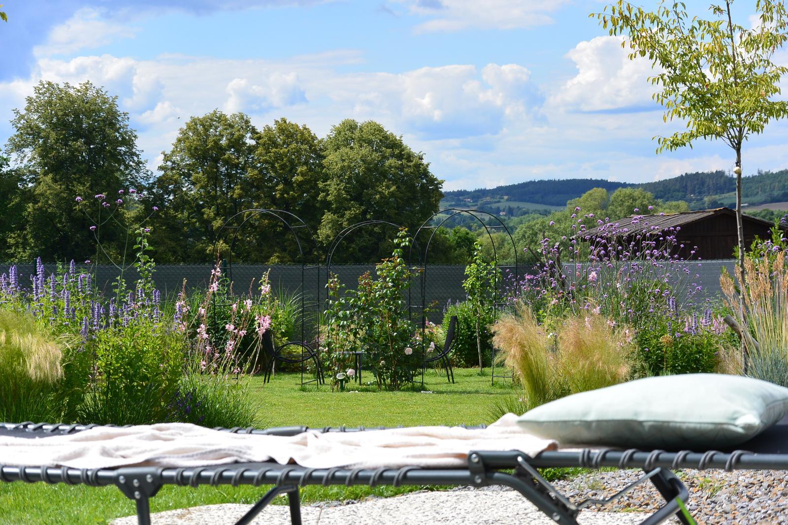 Motýlí zahrada 2019-2020 - Nejkrásnější pohled na zahradu je z lehátka. :-)