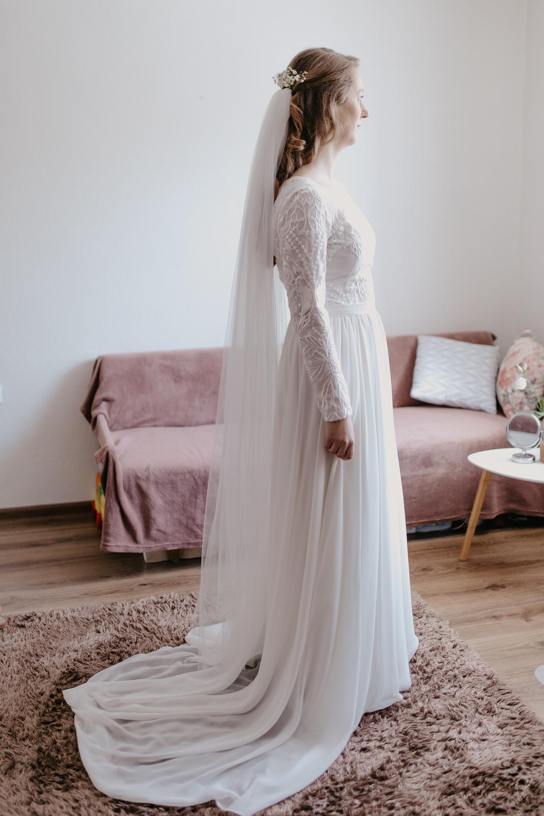 Padavé svadobné šaty s vlečkou - Obrázok č. 4