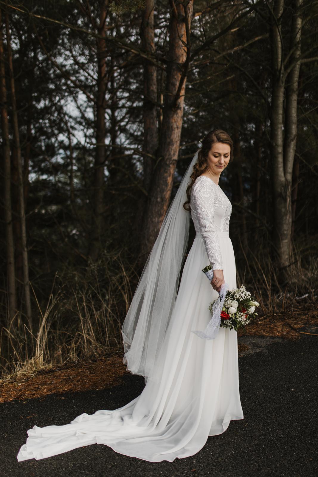 Padavé svadobné šaty s vlečkou - Obrázok č. 1
