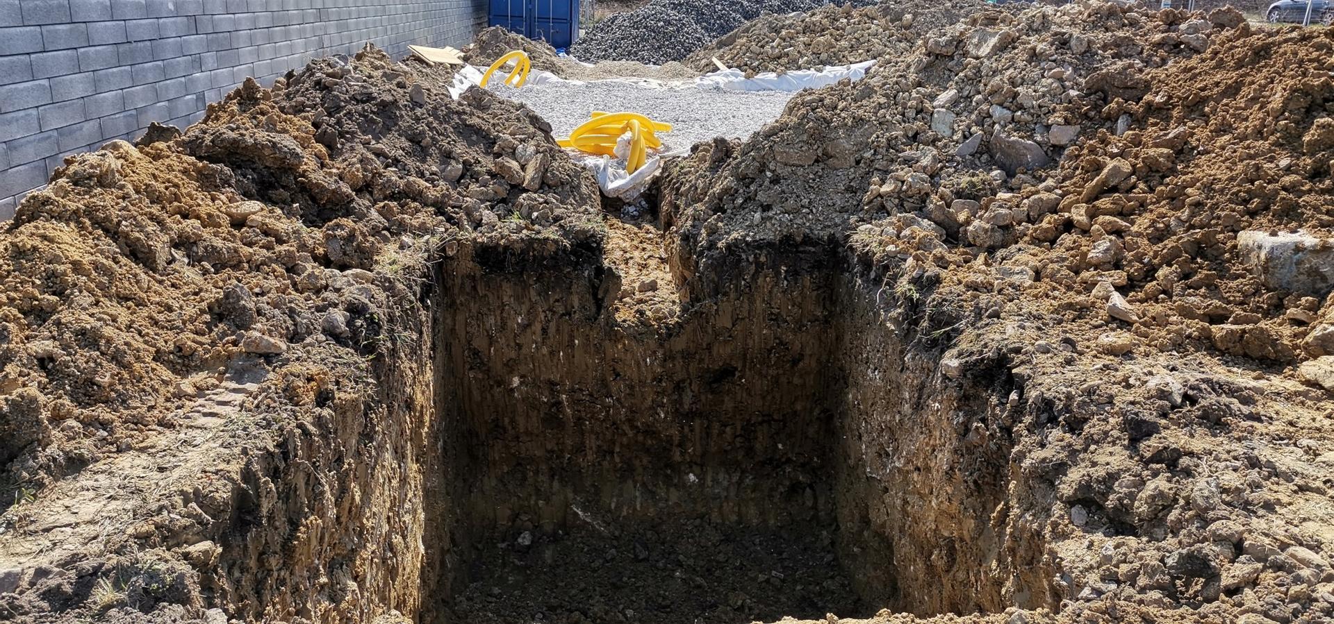 Spodná stavba - Výkop pre vsak, 4m x 2,8m x 2,3m (hĺbka jamy, pričom sa terén ešte bude zvyšovať o 40cm)