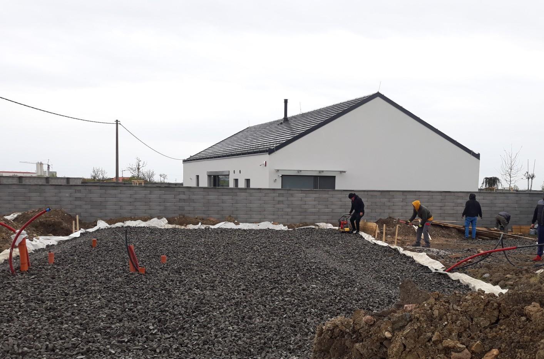 Spodná stavba - Príprava debnenia a začiatok hutnenia prvej vrstvy penového skla.