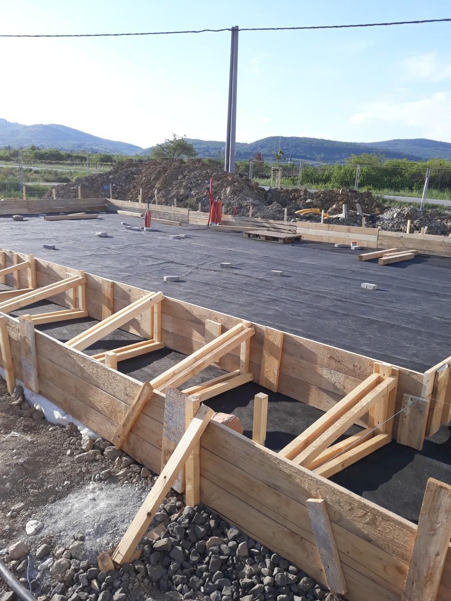 Spodná stavba - Pripravené debnenie pre betonáž 3cm krycej vrstvy na hydroizoláciu - aby sa potom mohli pripraviť kari sieťe a rúrky podlahového kúrenia.
