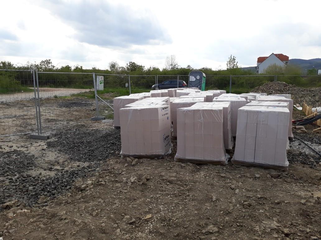 Vrchná stavba - Toto je celý náš dom v tehlách... :D Tehly sú celkom poobíjané a také všeliake, na Slovensko nám asi posielajú nepodarky a lepšie si nechávajú :(