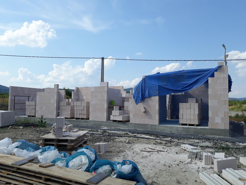 Vrchná stavba - VPC Kalksandstein murivo, zelená strecha - Murovanie ide pomalšie, ako sa očakávalo. Murári pília tehly stále ručne (hoci vraveli, že si donesú stolovú pílu). Kvôly vysokým teplotám sa pracuje len od 8mej (neviem, prečo nie aj skôr) do 11tej...