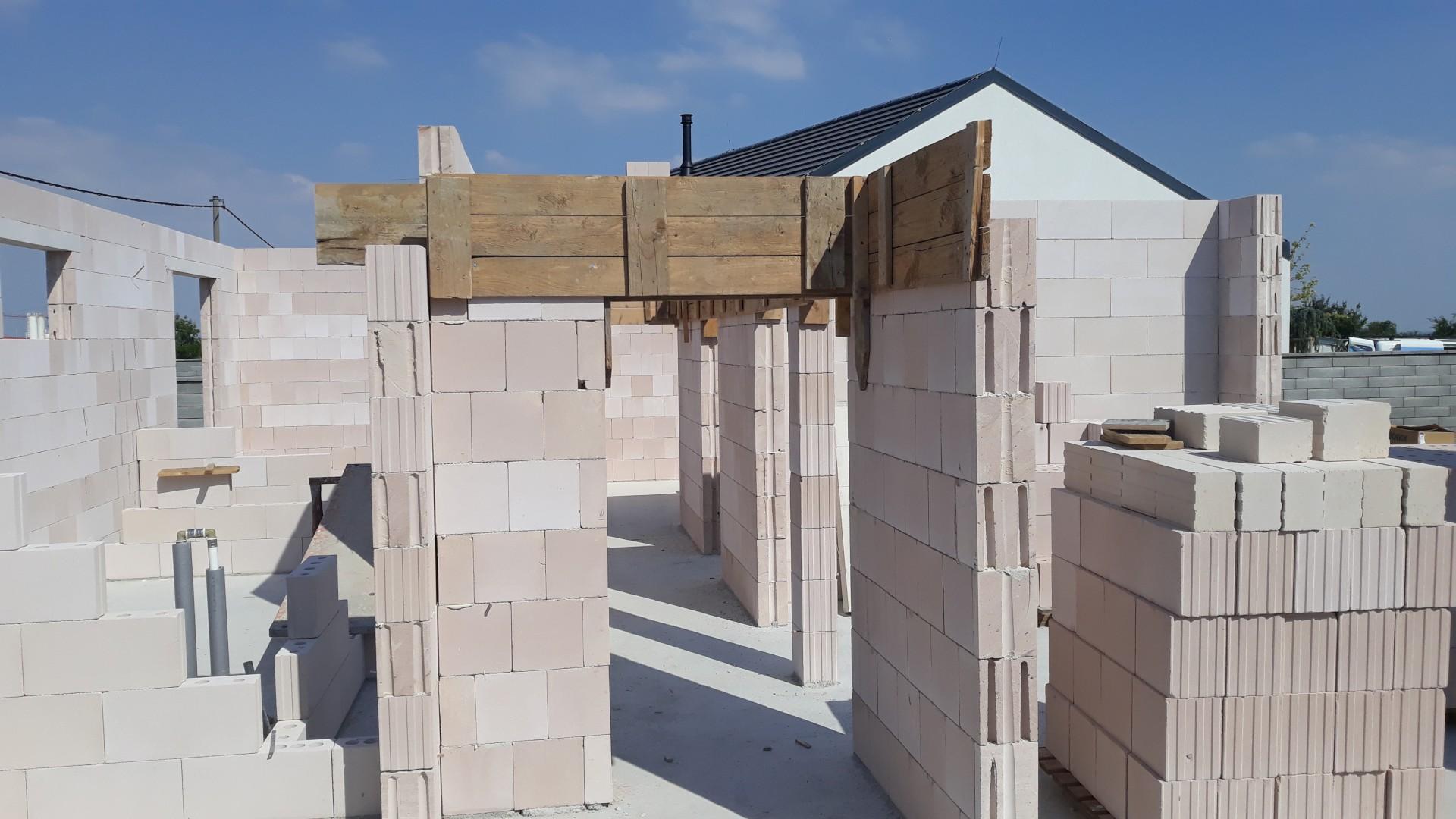 Vrchná stavba - VPC Kalksandstein murivo, zelená strecha - Práprava debnenia pre stužujúci veniec vo vnútornej chodbe.