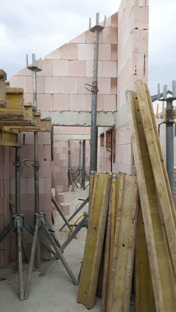 Vrchná stavba - VPC Kalksandstein murivo, zelená strecha - Pohľad cez chodbu, kde bude priznaný vysoký strop. V strede chodby bude 5dielne (cca 5 m2) strešné okno / svetlík na presvetlenie stredu domu.