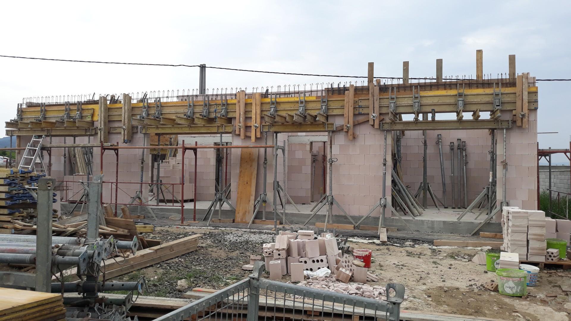Vrchná stavba - VPC Kalksandstein murivo, zelená strecha - Debnenie prievlaku ponad veľké okná z južnej strany.