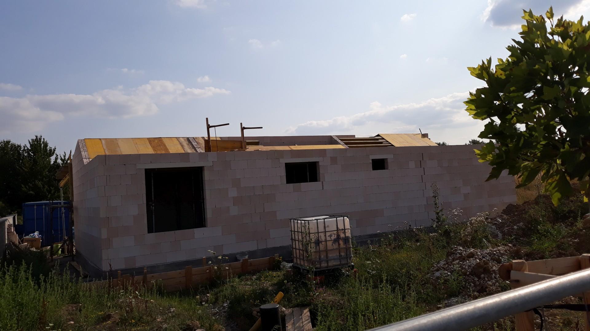 Vrchná stavba - VPC Kalksandstein murivo, zelená strecha - Pohľad zo severnej strany, žiaľ, ani po 3 a pol týždni ešte nie je debnenie kompletné... :D ale už sa to blíži, tento týždeň sa ukladá výstuž, pripravia atiky a budúci týždeň hádam elektroinštalácie v strope a chladenie.