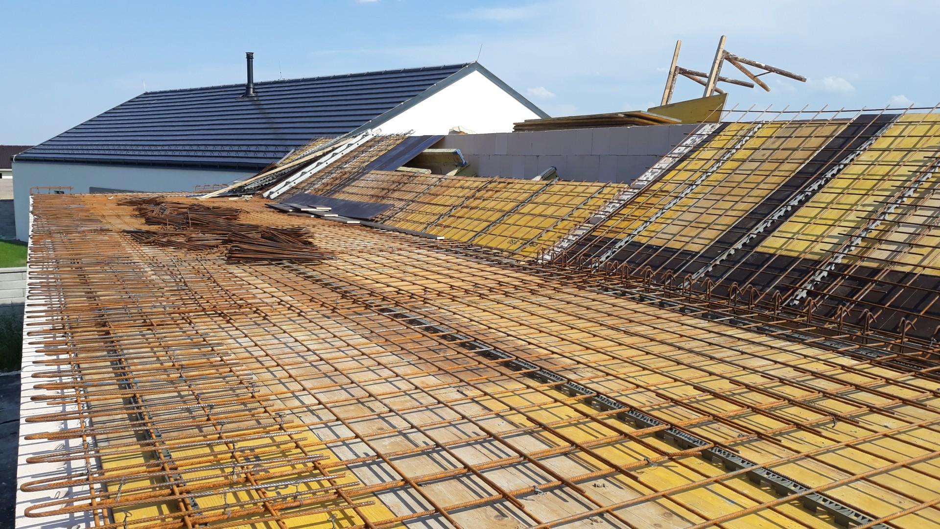 """Vrchná stavba - VPC Kalksandstein murivo, zelená strecha - Prvá vrstva výstuže stropu/strechy.  V """"strede"""" vidieť vynechaný otvor pre svetlík/5 dielne strešné okno. Ďalej bude nasledovať inštalácia trubiek vodného chladenia a chráničky pre elektroinštalácie (stropné svetlá)."""