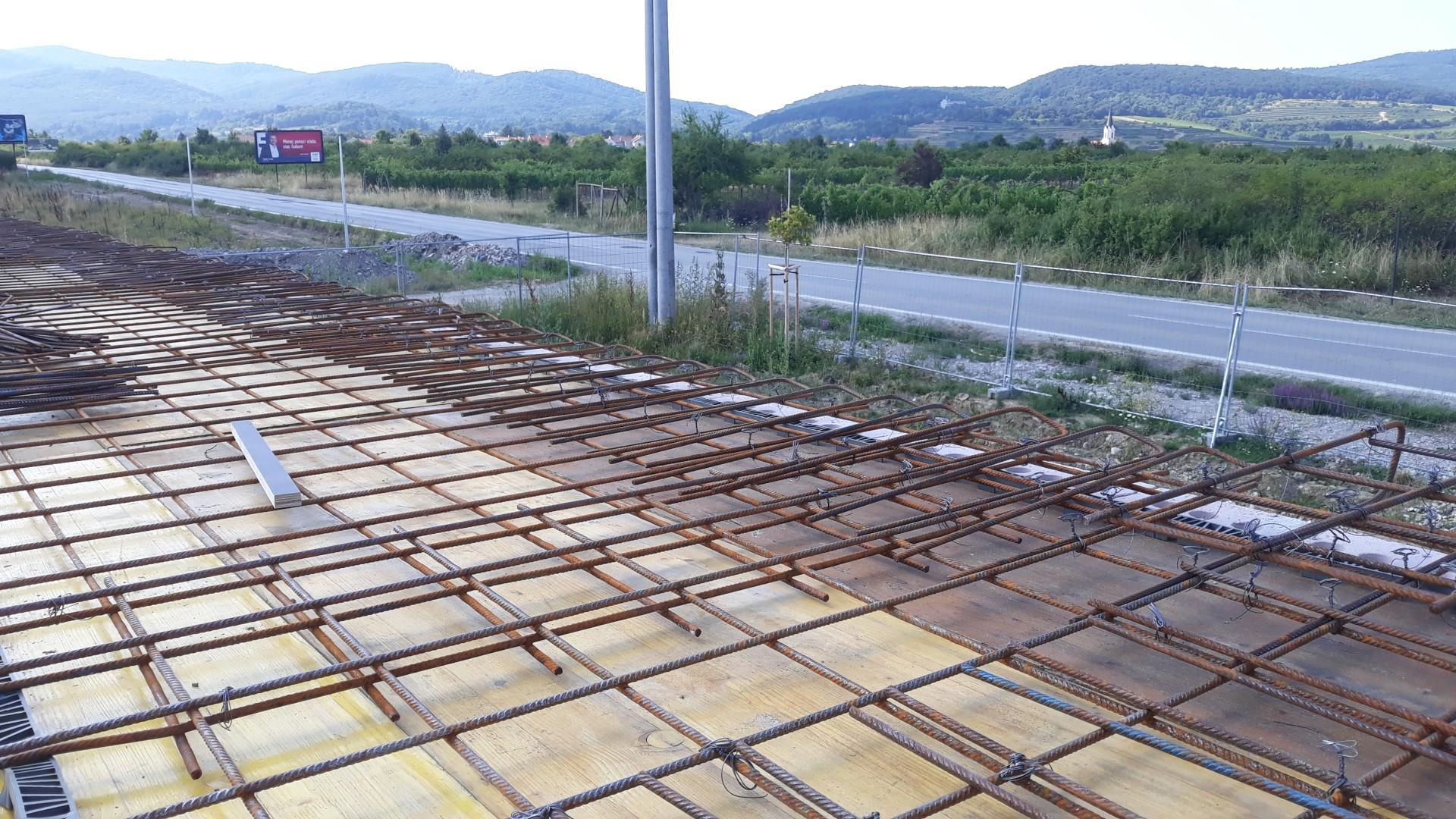 Vrchná stavba - VPC Kalksandstein murivo, zelená strecha - Celkom fajn výhľad, možno by sme si na tej budúcej zelenej streche mohli spraviť aj nejaké posedenie... :) Ešte keby tej cesty nebolo.