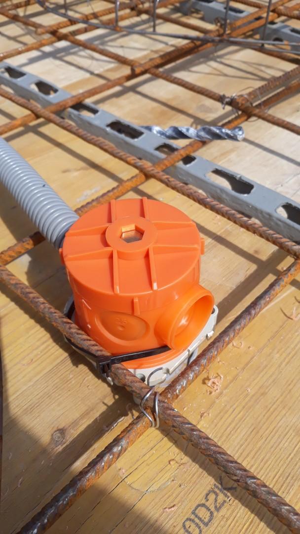 Vrchná stavba - VPC Kalksandstein murivo, zelená strecha - Elektroinštalačná krabica pre luster, značka KOPOS, určené pre zaliatie do betónu. S predpripravenou maticou pre lusterhák s nosnosťou 25kg.