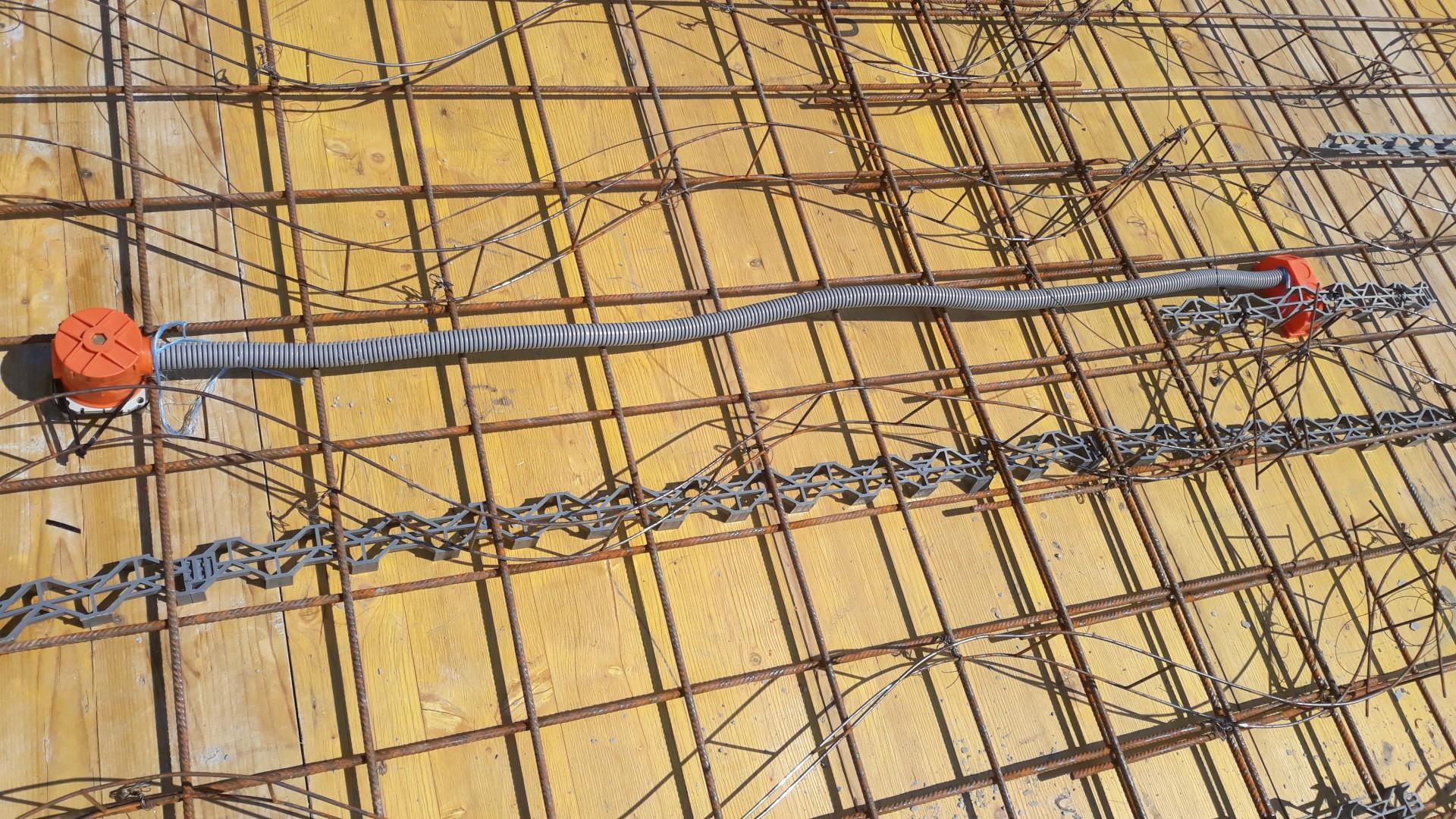 Vrchná stavba - VPC Kalksandstein murivo, zelená strecha - Chráničky sa ešte zafixovali o výstuž sťahovacími páskami.