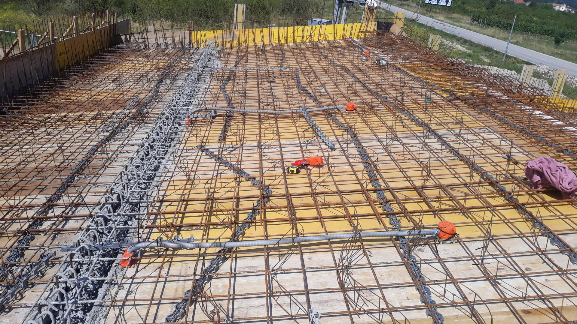 Vrchná stavba - VPC Kalksandstein murivo, zelená strecha - Trasy sú vedené od stredu miestností k obvodovému murivu, kde sú zakončené rozbočovaciou krabicou - tam budú káble pokračovať k vypínačom a do technickej po stene/prievlaku ukryté v SDK kastlíkoch, resp. prístenách vo výške od 12 rady tehiel po strop...