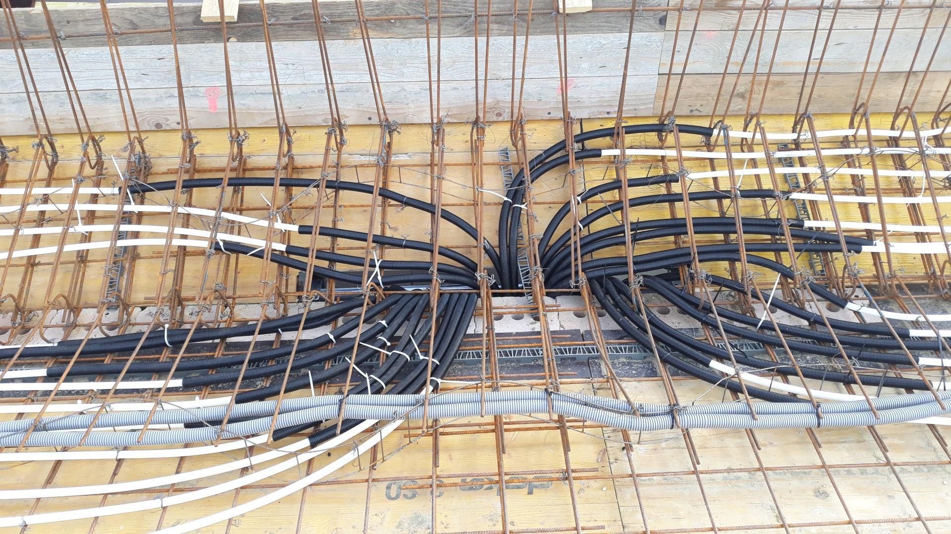 Vrchná stavba - VPC Kalksandstein murivo, zelená strecha - Chobotnica Uponor. V projekte bola Rehau, ale sú dlhé čakacie doby a vraj to je pri týchto rúrkach jedno. Rozdelovač je už značky Rehau. Naši majstri neboli radi, že musia dve DOKA dosky rezať pre otvor na rúrky - ale ich chyba, mali si najprv dohodnúť s kúrenarmi polohu otvoru (prípadne podľa projektu) a potom debniť.