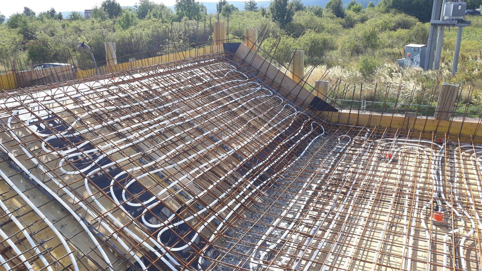 Vrchná stavba - VPC Kalksandstein murivo, zelená strecha - Tak predsa sa dajú dať dištančné hady pomedzi trubky chladenia, keď sa chce...