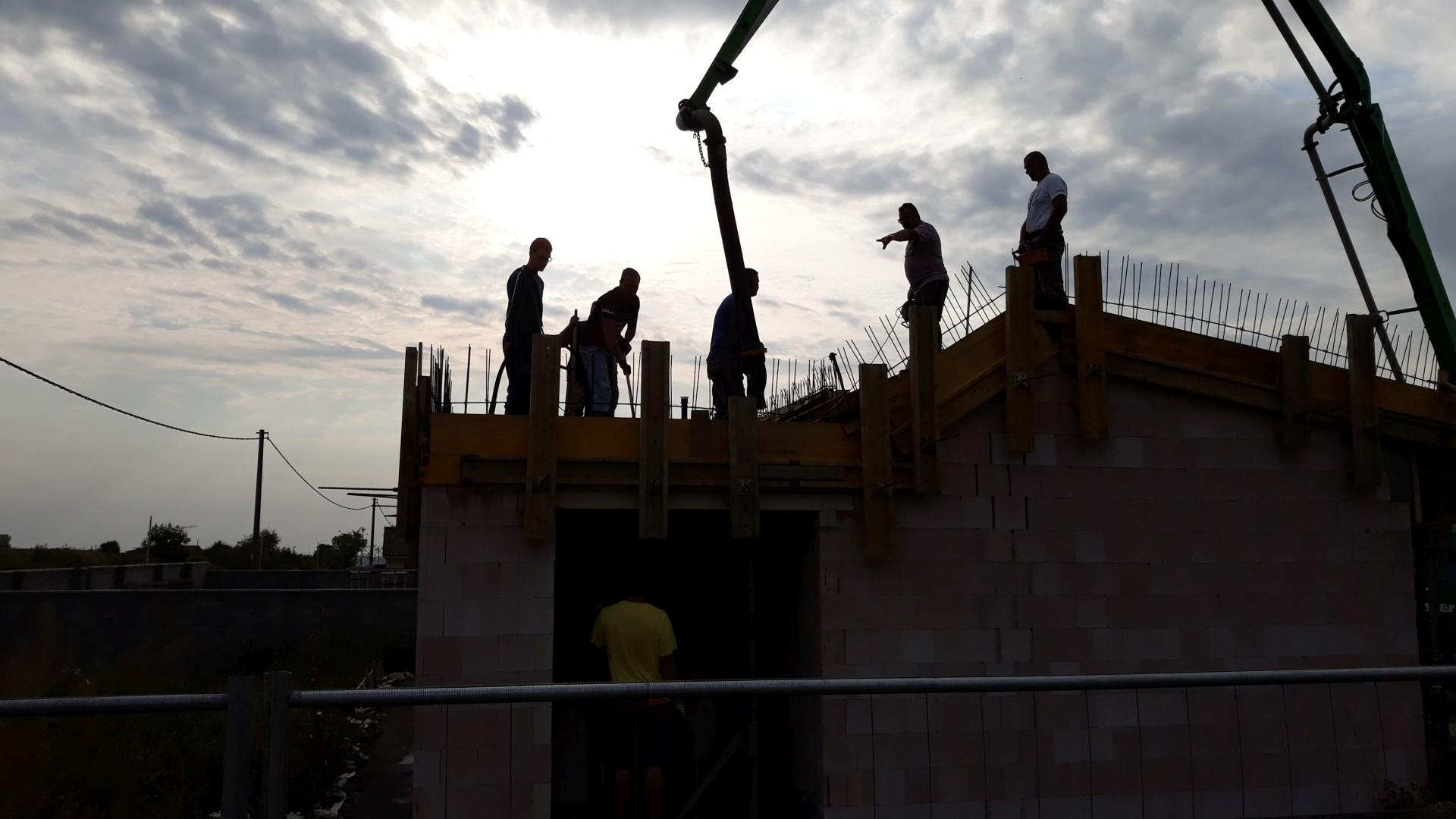 Vrchná stavba - VPC Kalksandstein murivo, zelená strecha - Konečne sa betónuje strop. Stavbyvedúci je nervózny, či sa to nezosype...