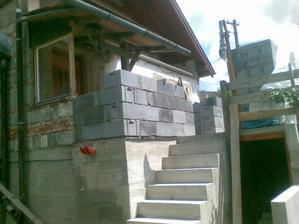 A makal aj schody musel tým pádom inak urobiť