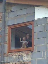 tu už mávame z okna na chodbe