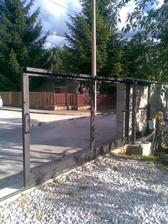 ešte brána, všetko robí mm svojpomocne, šikovný však?