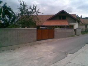 brána a plot hotové, keby to tak rýchlo išlo ako na foto vyzerá .-p