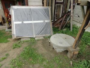 @denisocka foto pre teba, dočasný solárny ohrev ala Pat a Mat, ale funguje, + pred týždňom mm urobil poklop na studňu, takmer 2 roky bola zakrytá len veľkým plechom :-p