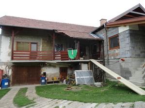 Manžel zrušil zábradlie na terase a robí fasádu