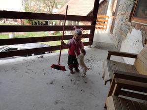 A keď s nej vyrástla hojda išla preč, tu mi pomáha upratať čo narobili vtáčiky keď si reparovali hniezdo čo tam máme