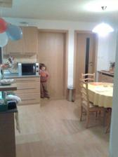 pohlad do kuchyne zo dveri