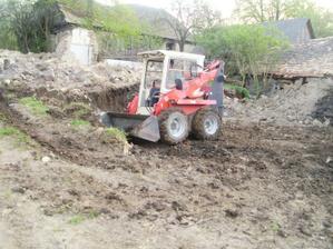 koncom apríla sme začali vyrovnávať pozemok pod dom, ale kvôli počasu sme skončili a opäť začínali až začiatkom júna